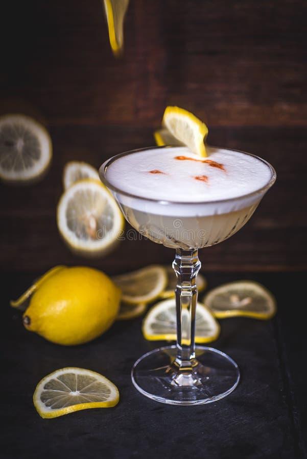 Les tranches de citron tombent dans un cocktail photo stock