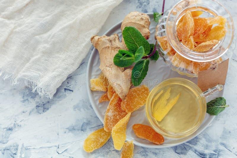 Les tranches de gingembre, de thé de gingembre et de gingembre glacés s'enracinent photos libres de droits