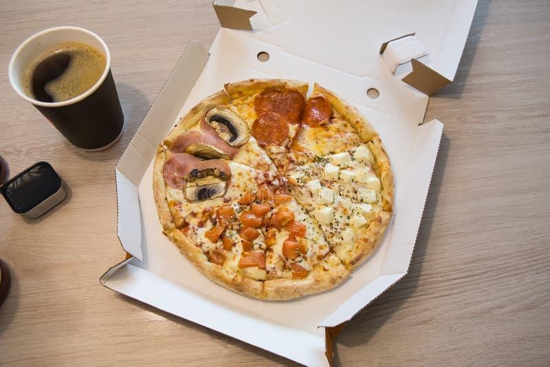 Les tranches de pizza avec le salami et les champignons, café, boit images libres de droits