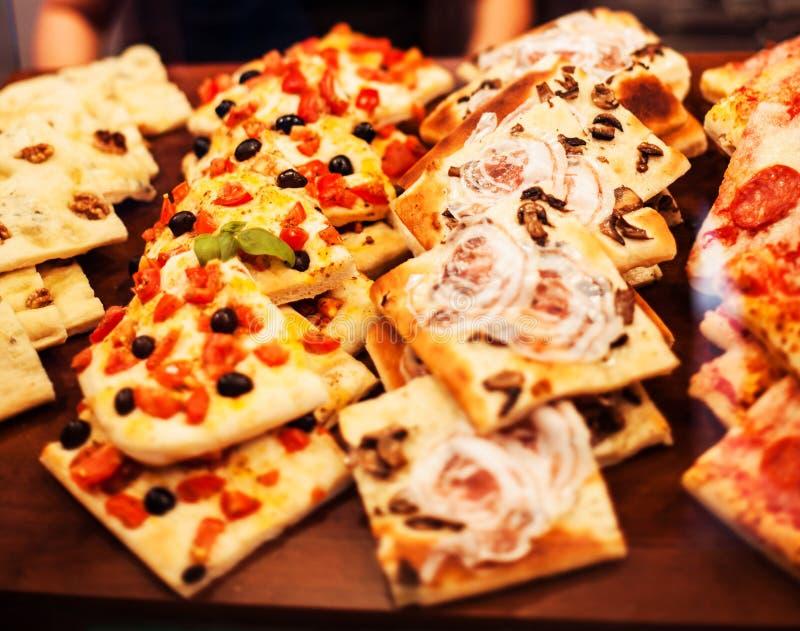 Les tranches de pizza emportent - des morceaux sur une stalle, Italien traditionnel images libres de droits