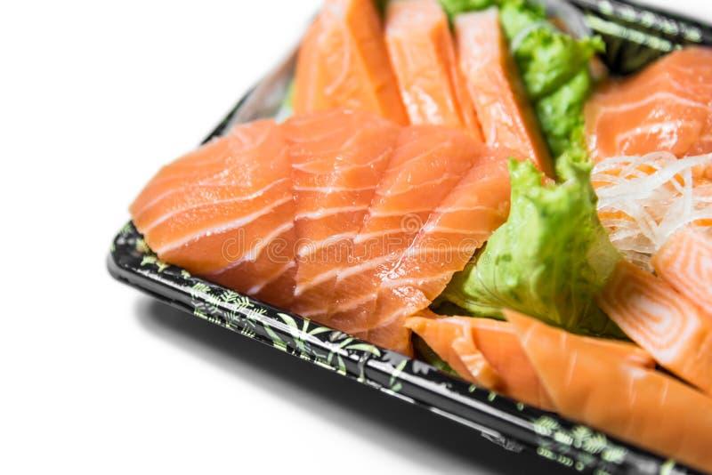 Les tranches de plan rapproché saumoné cru de shashimi se sont concentrées sur les saumons slic image libre de droits
