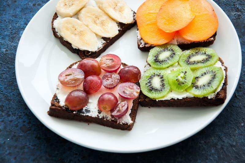 Download Les Tranches De Variété De Pain De Seigle Grillent Avec Des Fruits Kaki De Banane, Photo stock - Image du sain, santé: 87709358
