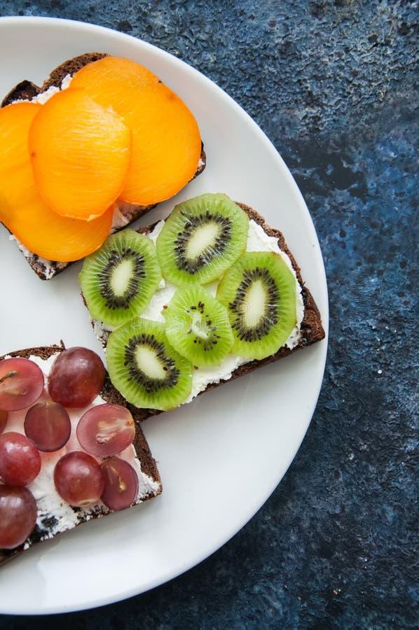 Download Les Tranches De Variété De Pain De Seigle Grillent Avec Des Fruits Kaki De Banane, Photo stock - Image du raisin, frais: 87709432