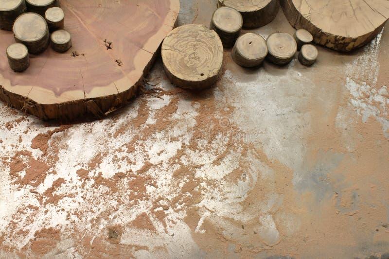 Les tranches multiples de bois sur une sciure ont couvert la table en métal image libre de droits