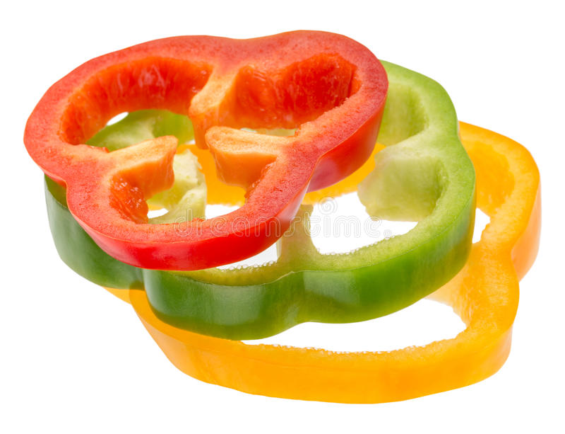 Les tranches rouges, vertes et jaunes de poivre isolared sur le fond blanc images stock