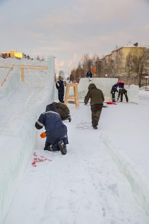 Les travailleurs assemblent un cable électrique pour l'allumage image stock