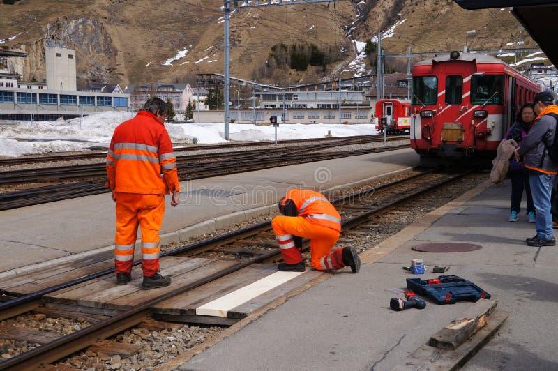 Les travailleurs dans la réparation uniforme orange railroad, la Suisse photographie stock