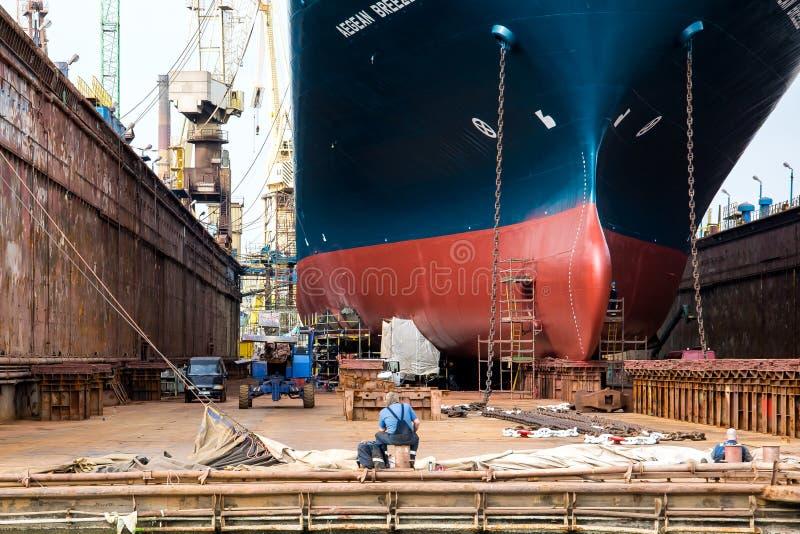 Les travailleurs de chantier naval pendant une coupure photographie stock