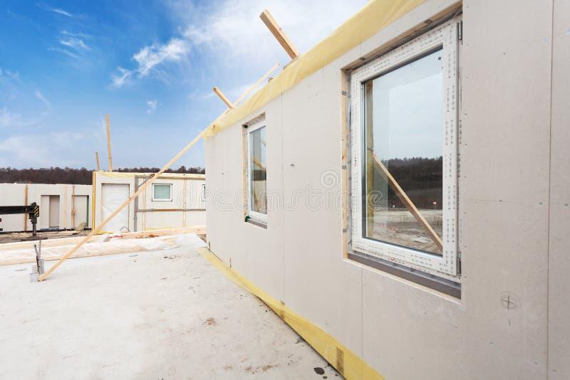 Les travailleurs de constructeur de Roofer avec la grue installant les panneaux isolés structurels SIROTENT Maison de rendement o photos stock