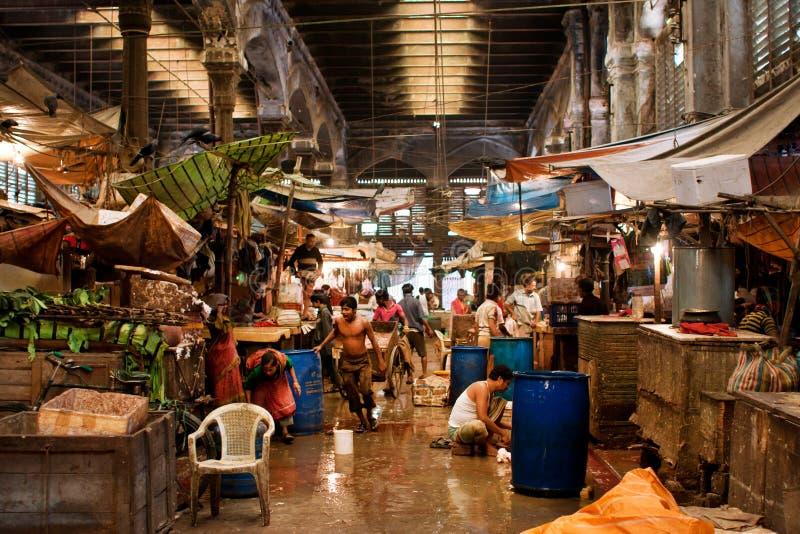Les travailleurs et les commerçants de la vieille ville lancent les compteurs propres et lavent sur le marché le plancher photo libre de droits