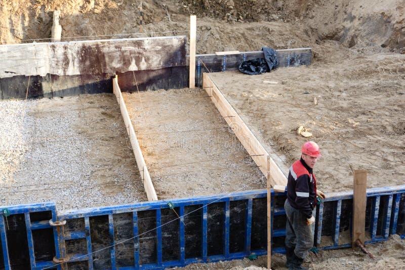 Les travailleurs font le renfort en métal pour la base-Russie concrète Berezniki le 15 septembre 2018 image stock