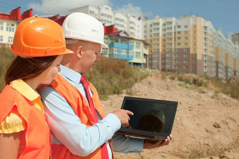 Les travailleurs intellectuels travaille au chantier image stock