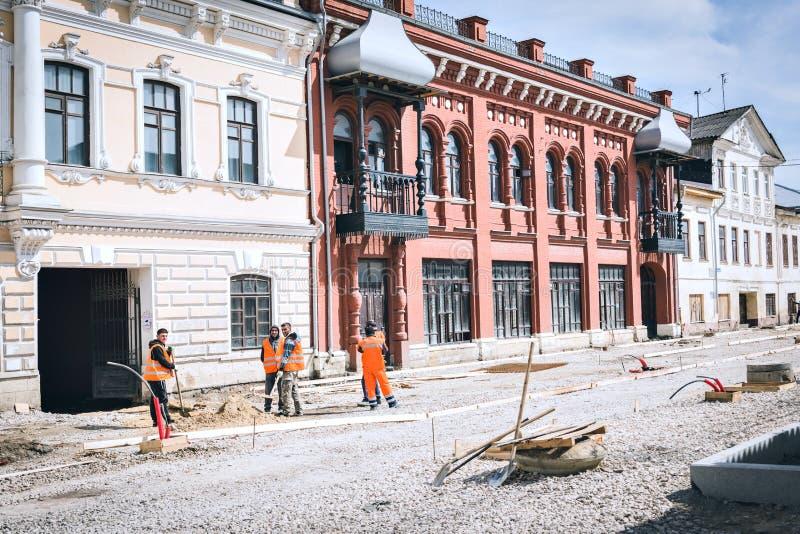 Les travailleurs migrants de travail effectuent la reconstruction images libres de droits