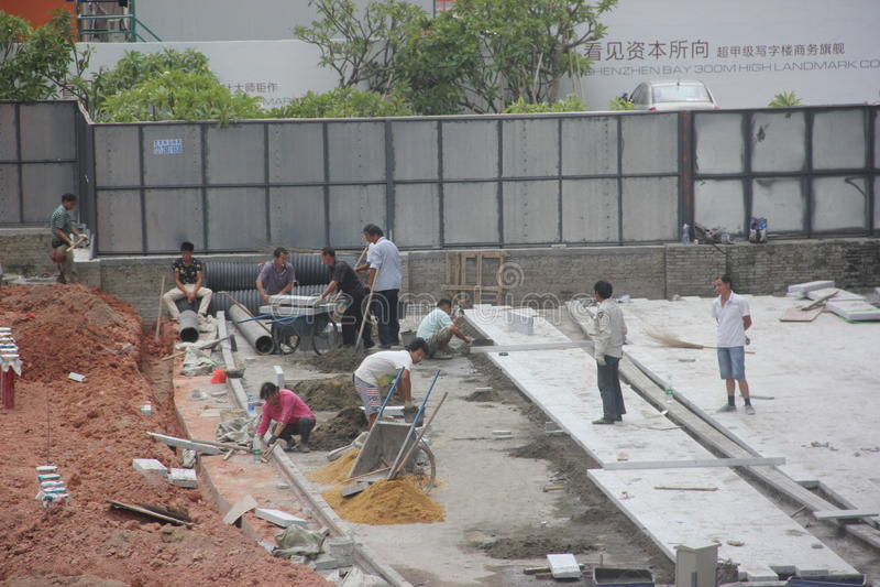 Les travailleurs occupés sur le chantier de construction à Shenzhen image stock