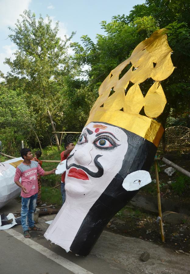 Les travailleurs préparant une tête de l'effigie de taille de monstre de dix ont dirigé le Roi Ravan de démon à Bhopal photo libre de droits