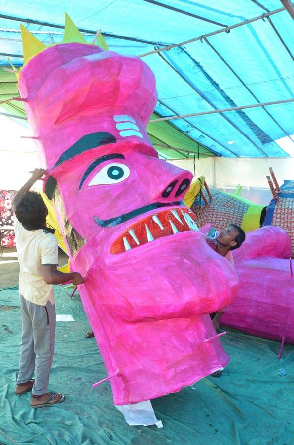 Les travailleurs préparant une tête de l'effigie de taille de monstre de dix ont dirigé le Roi Ravan de démon à Bhopal photos libres de droits