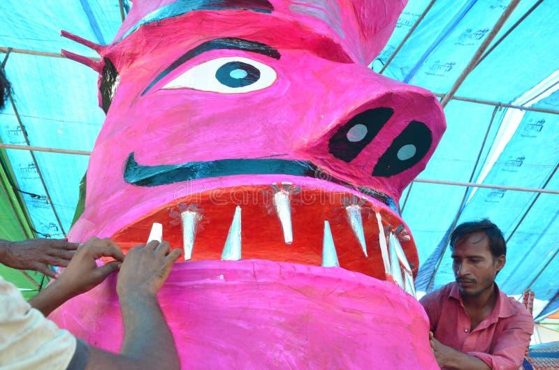 Les travailleurs préparant une tête de l'effigie de taille de monstre de dix ont dirigé le Roi Ravan de démon à Bhopal image stock