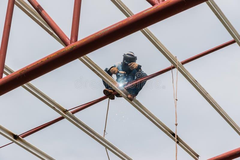Les travailleurs soudent images libres de droits