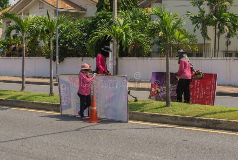 Les travailleurs thaïlandais préparaient un secteur de la route photos libres de droits