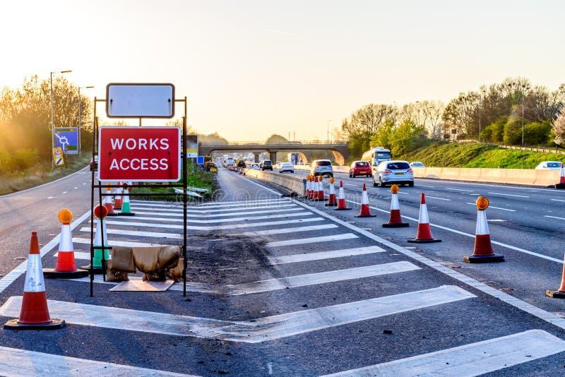 Les travaux accèdent se connectent seulement la soirée BRITANNIQUE d'autoroute images libres de droits