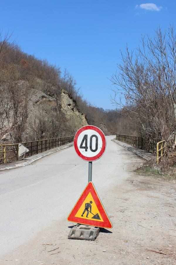 Les travaux sur la route, poteau de signalisation au milieu de la route photos libres de droits
