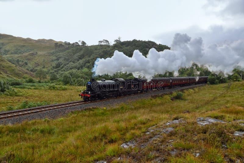 Les travells de vapeur de Jacobite par la montagne écossaise photos stock