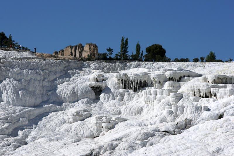 Les travertins incroyables, autrement connu comme château de coton chez Pamukkale en Turquie images stock