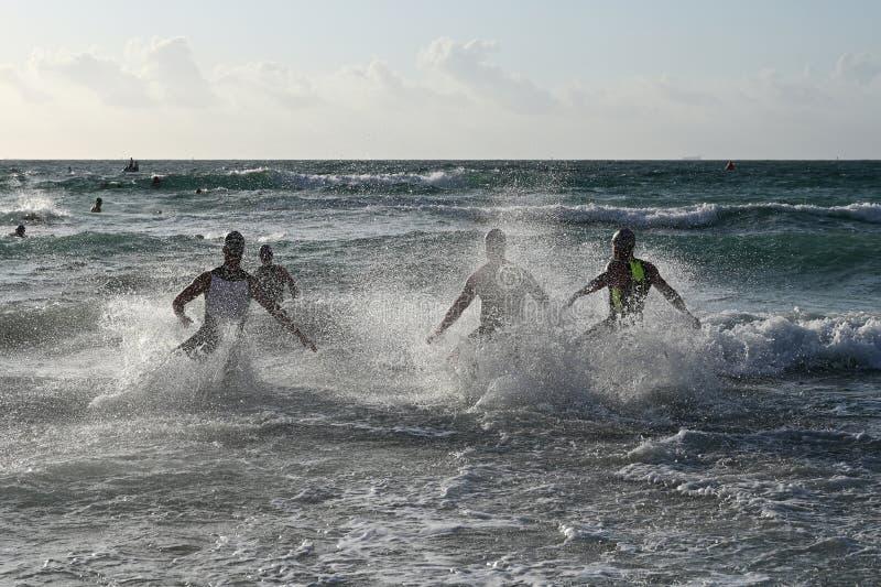 Les triathletes masculins écrivent le ressac au début du triathlon du sud de la plage 2019 photographie stock