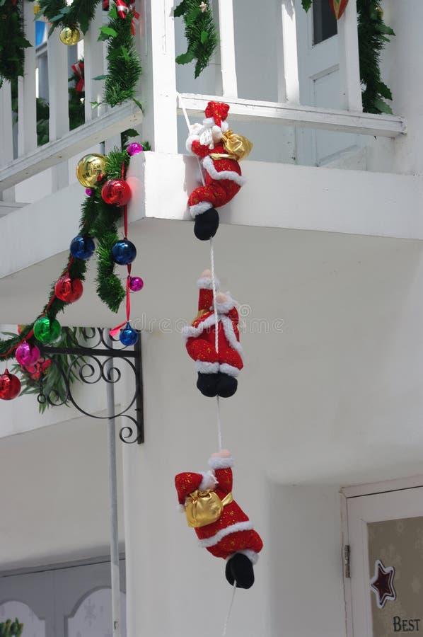 Les trois du père noël s'élèvent au balcon blanc photos stock