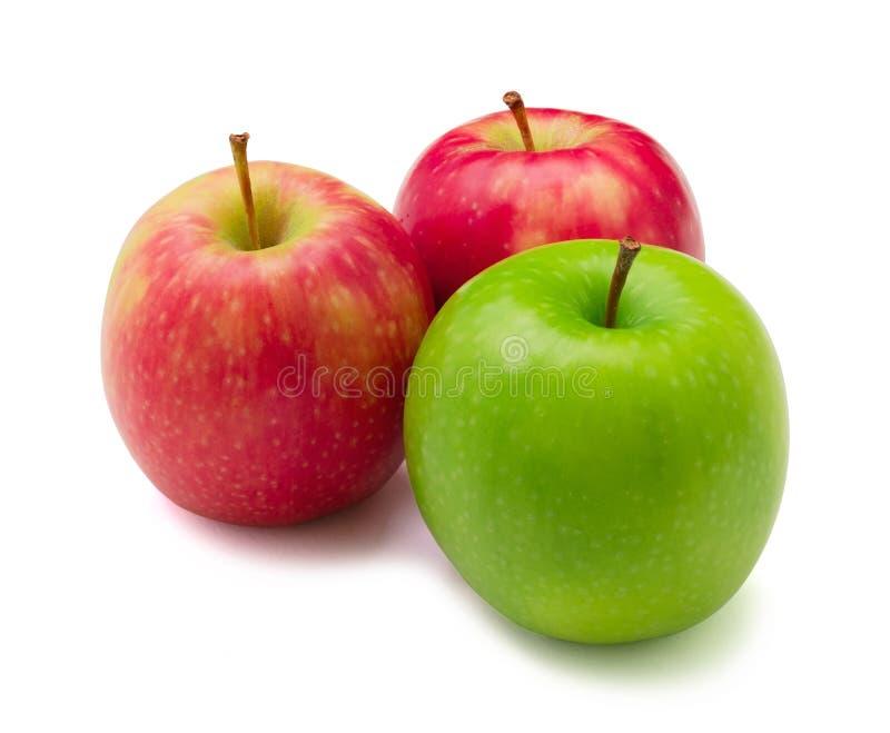 Les trois rouges et pommes vertes sur le fond blanc images stock