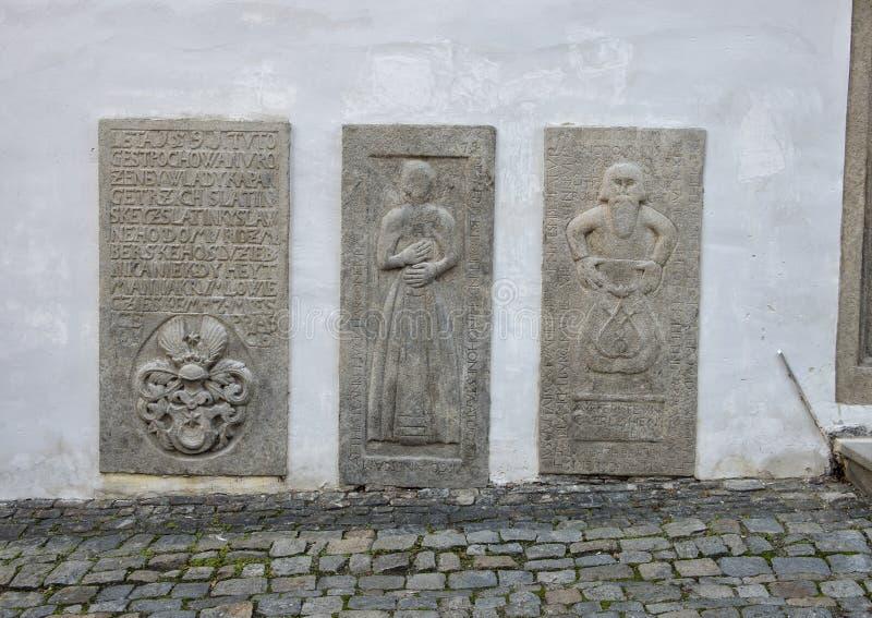 Les trois tombsones à côté de la porte d'entrée à la Chambre de l'aumônier, Cesky Krumlov, République Tchèque photos stock