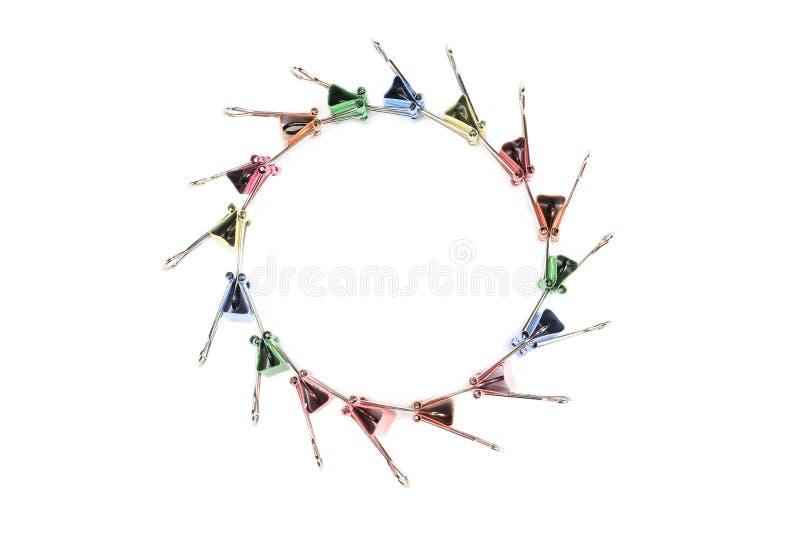 Les trombones colorés ont arrangé dans le cercle images stock