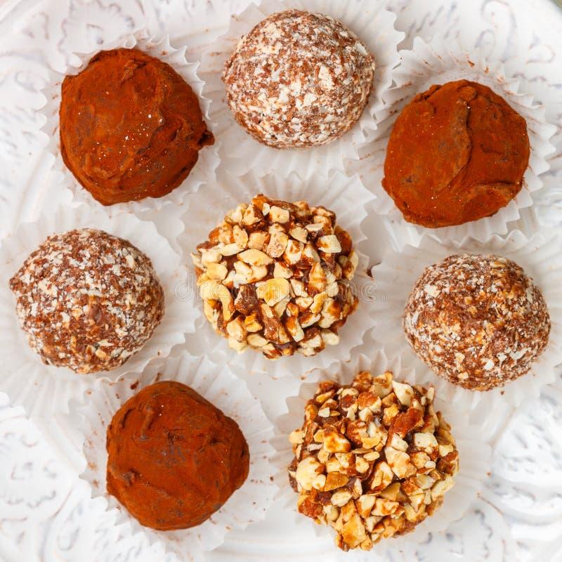 Les truffes de chocolat faites maison avec les amandes, la noix de coco et les biscuits panent photographie stock libre de droits