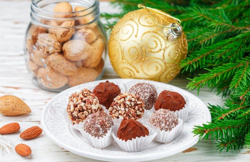 Les truffes de chocolat faites maison avec les amandes, la noix de coco et les biscuits panent photos stock