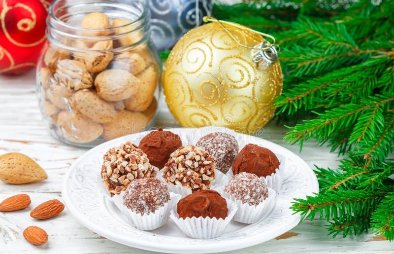 Les truffes de chocolat faites maison avec les amandes, la noix de coco et les biscuits panent images stock