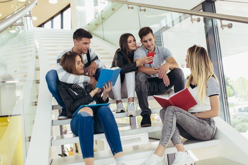 Les ?tudiants ?tudient dans la biblioth?que Les jeunes passent le temps ensemble _lecture livre et communiquer moment images libres de droits