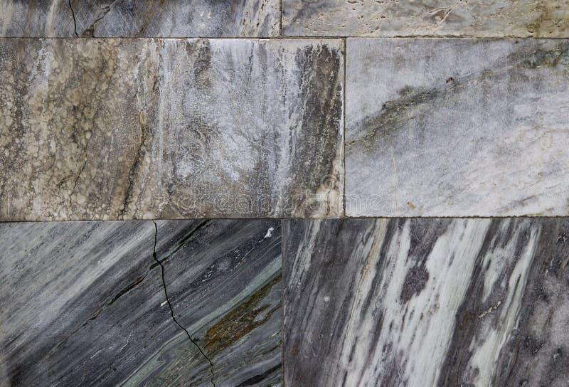 Les tuiles de marbre criquées, le mur de marbre peuvent employer pour le fond images libres de droits