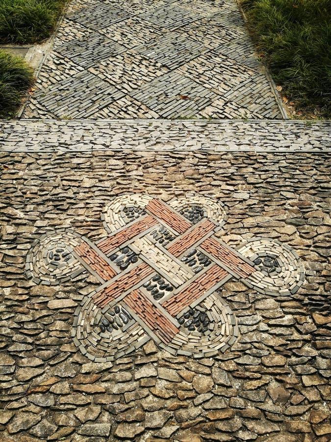 Les tuiles orientales de chemin de pied conçoivent dans le jardin chinois antique images stock