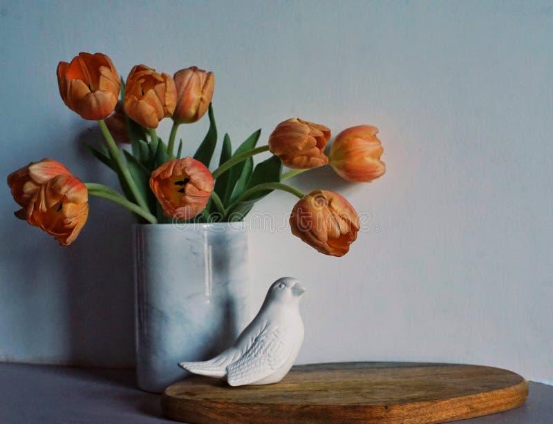 les tulipes fleurit l'oiseau blanc en gros plan de mur de vase à bouquet d'intérieur photo stock