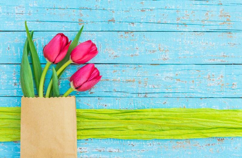 Les tulipes rouges fraîches fleurit carte de voeux de jour pour de Valentine du ` s de jour ou de mère ` s photo stock