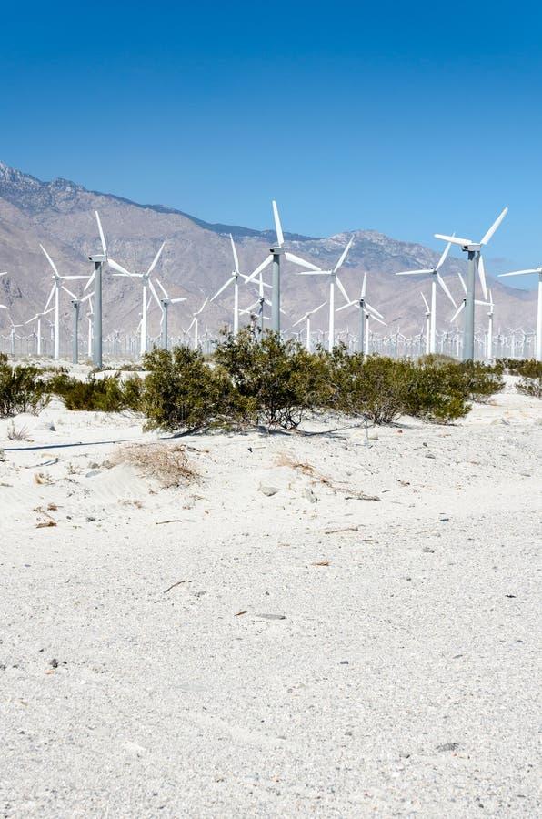 Les turbines de ferme de vent développent la puissance près du Palm Springs, la Californie, image libre de droits