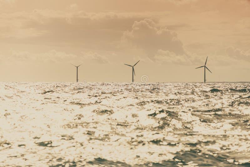 Les turbines de vent cultivent en mer baltique, Danemark photo stock