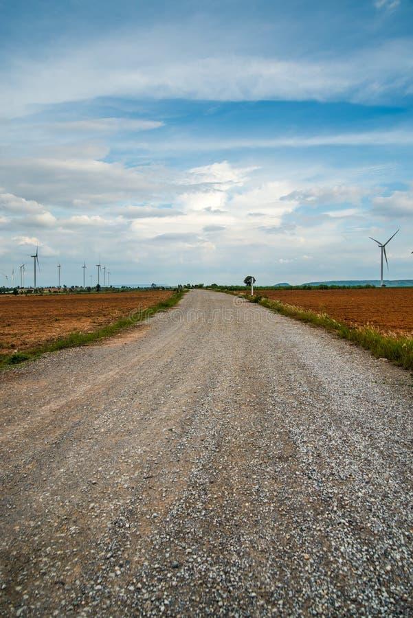 Les turbines de vent produisent de l'électricité au champ toute la plantation d'agriculture images stock