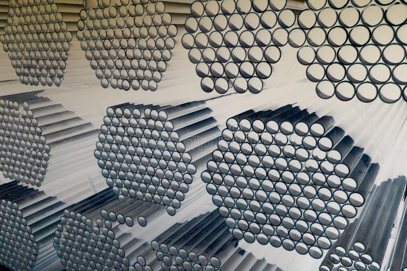 Les tuyaux en m?tal et en aluminium amassent dans l'entrep?t de cargaison pour le transport au facteur photographie stock libre de droits