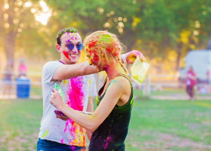 Les types avec une fille célèbrent le festival de holi photographie stock libre de droits
