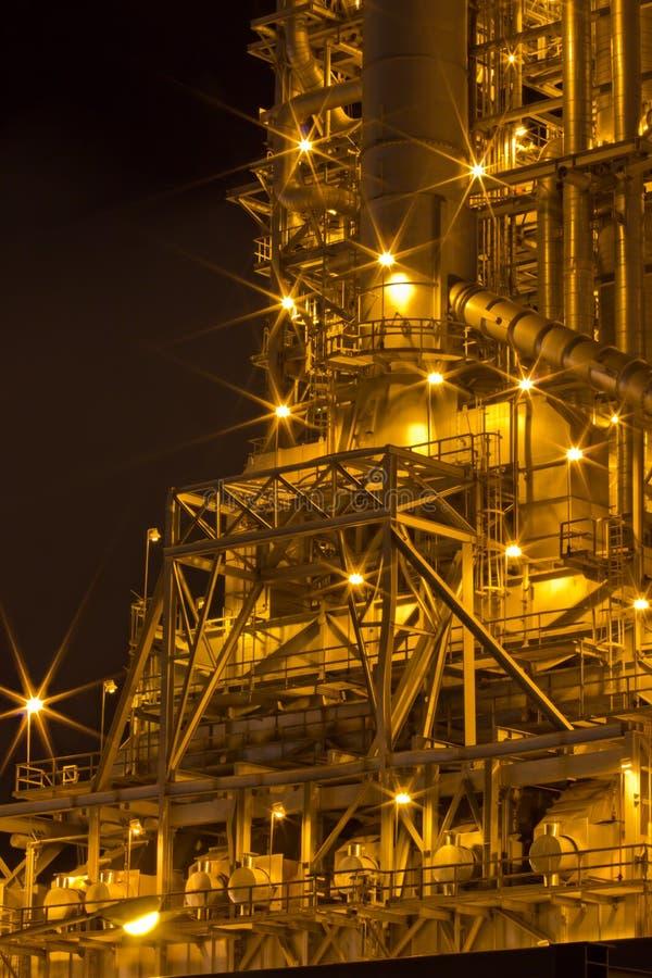 Les usines fonctionnent la nuit. photographie stock