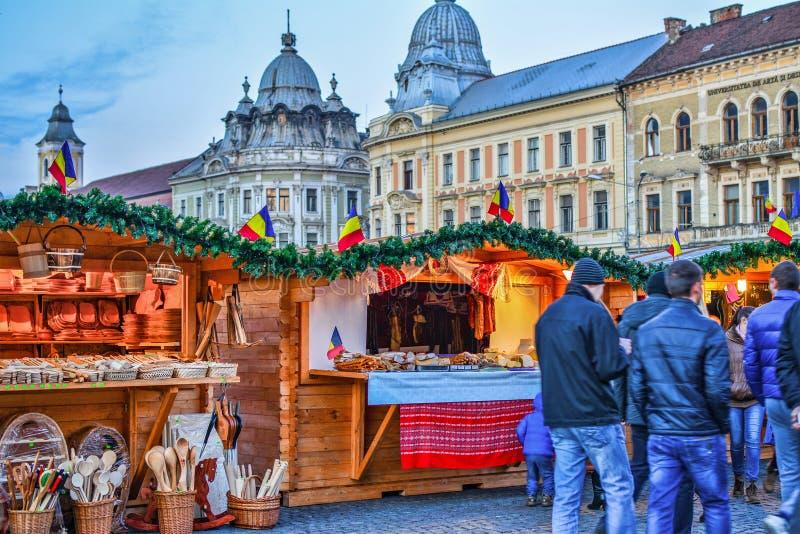 Les ustensiles en bois de cuisine et la viande fumée au marché de Noël cale photo libre de droits