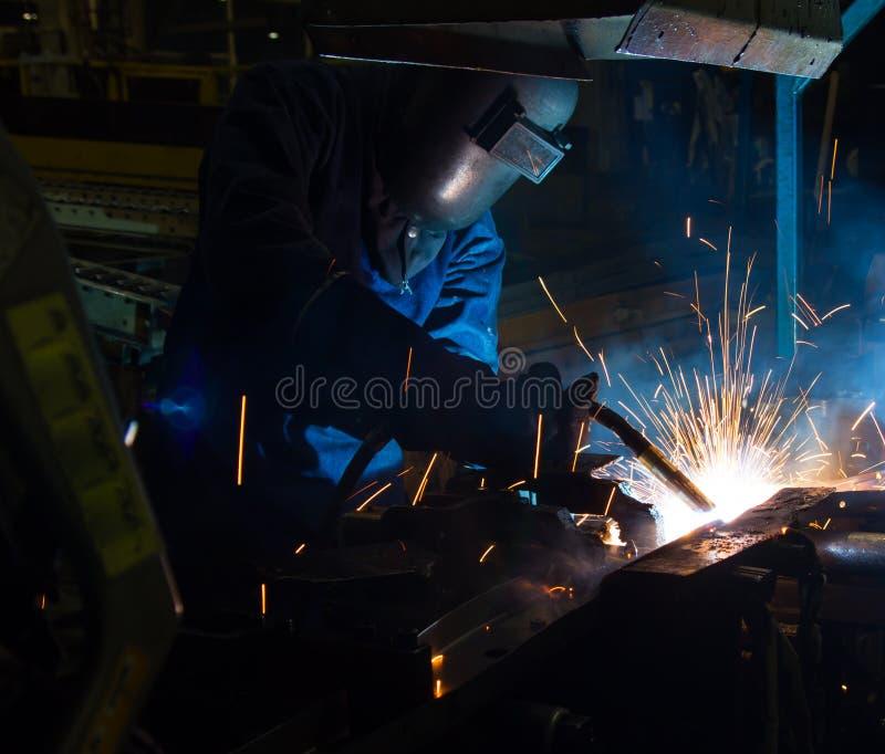 Les utilisations de soudeuse de MIG incendient pour faire des étincelles pendant la fabrication photographie stock libre de droits