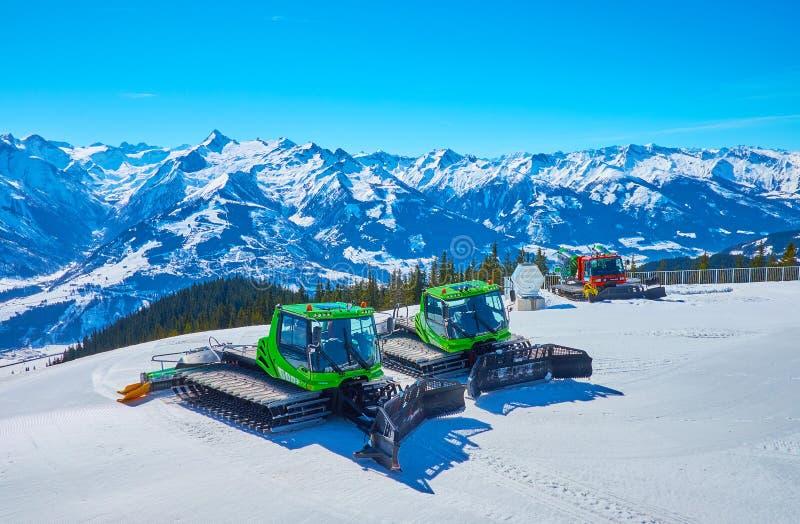 Les véhicules de toilettage de neige sur le bâti de Schmitten, Zell AM voient, l'Autriche photo stock
