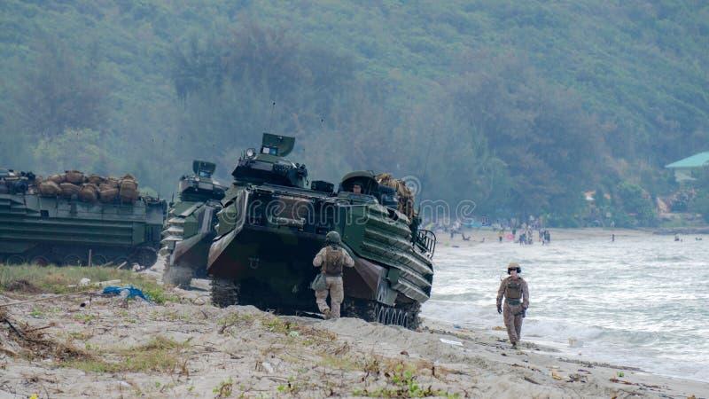Les véhicules marins d'assaut amphibie des USA débarquent sur le bord de mer du ` s de cible images libres de droits